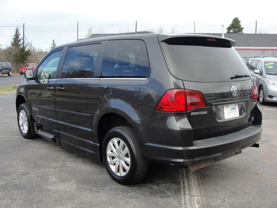 Gray Volkswagen Routan image number 5