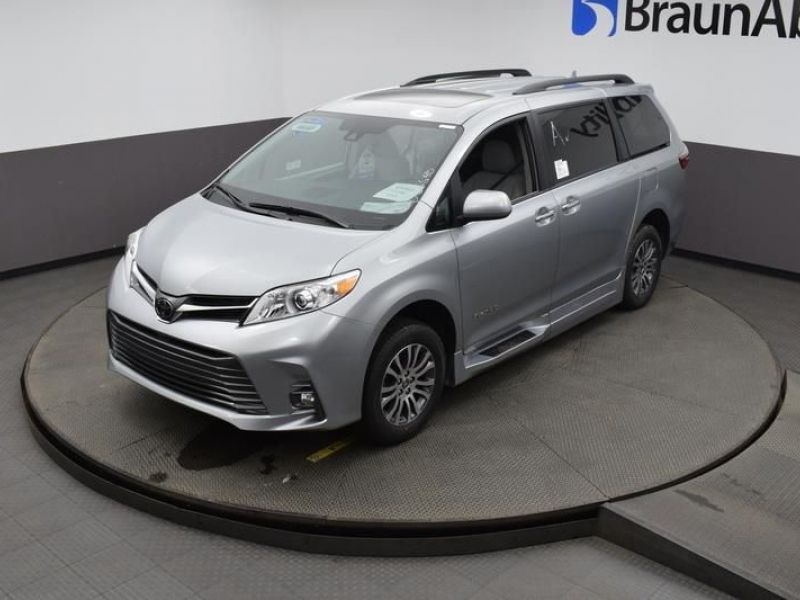 Silver Toyota Sienna image number 17