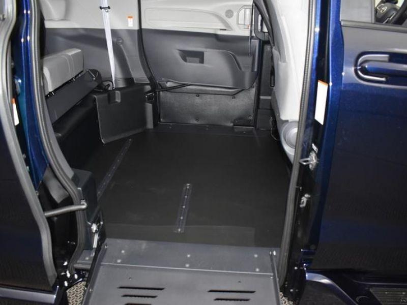 Blue Toyota Sienna image number 7
