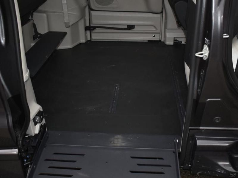 Gray Chrysler Voyager image number 9