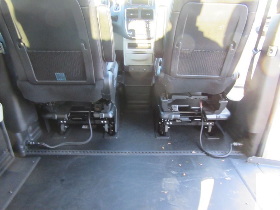 Silver Dodge Grand Caravan image number 27