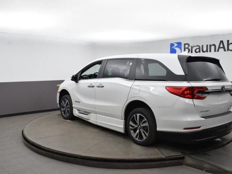 White Honda Odyssey image number 4