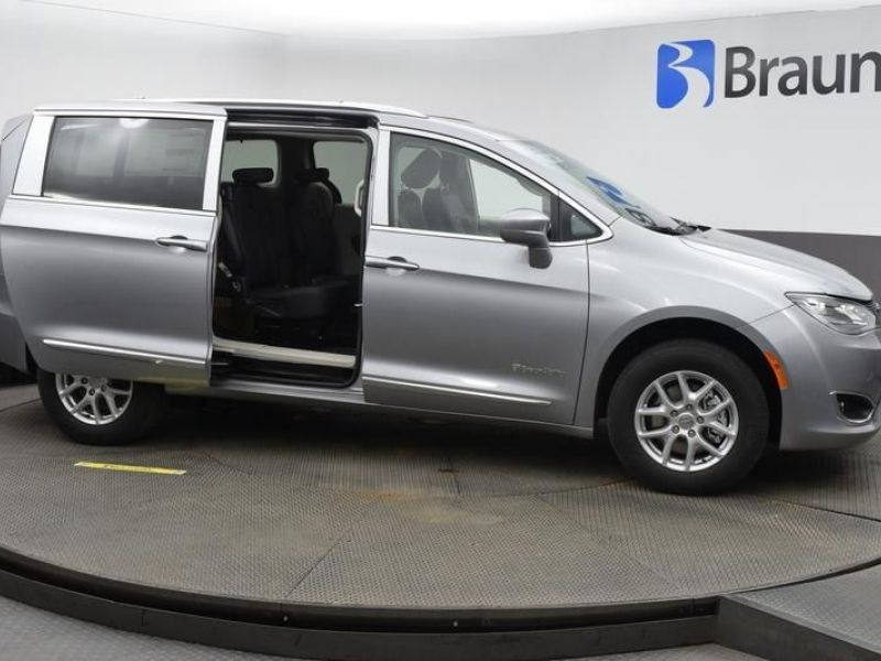 Silver Chrysler Pacifica image number 14