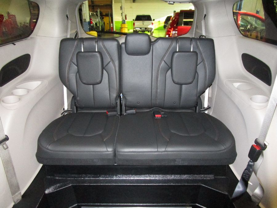 Black Chrysler Pacifica image number 14