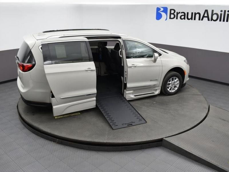 White Chrysler Pacifica image number 23