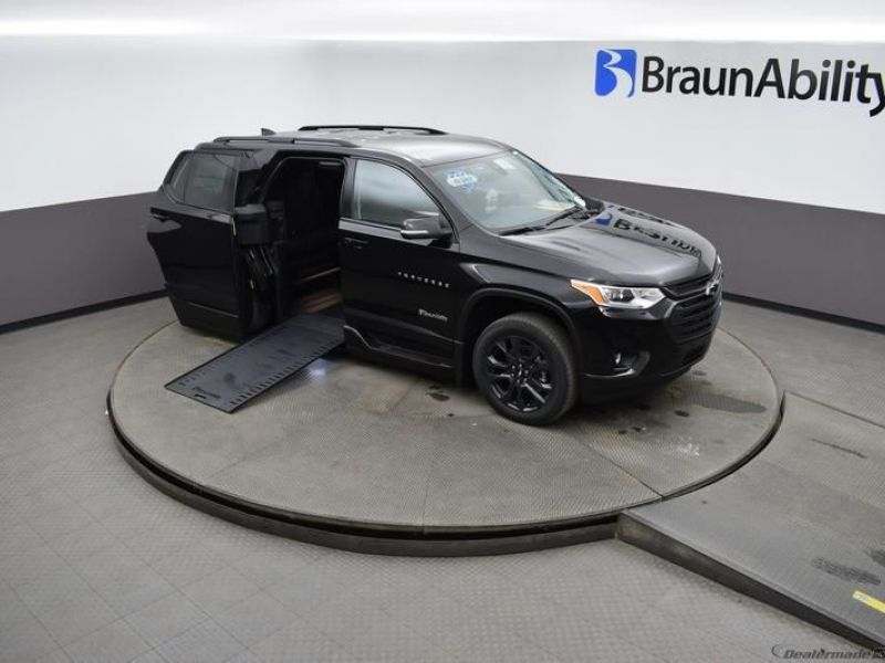 Black Chevrolet Traverse image number 16