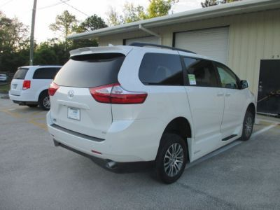 White Toyota Sienna image number 3