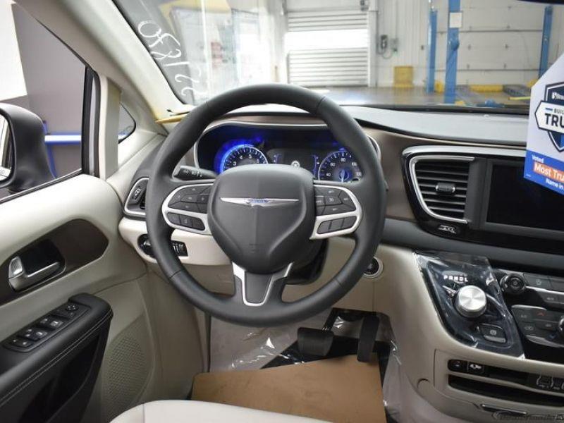 Silver Chrysler Voyager image number 12