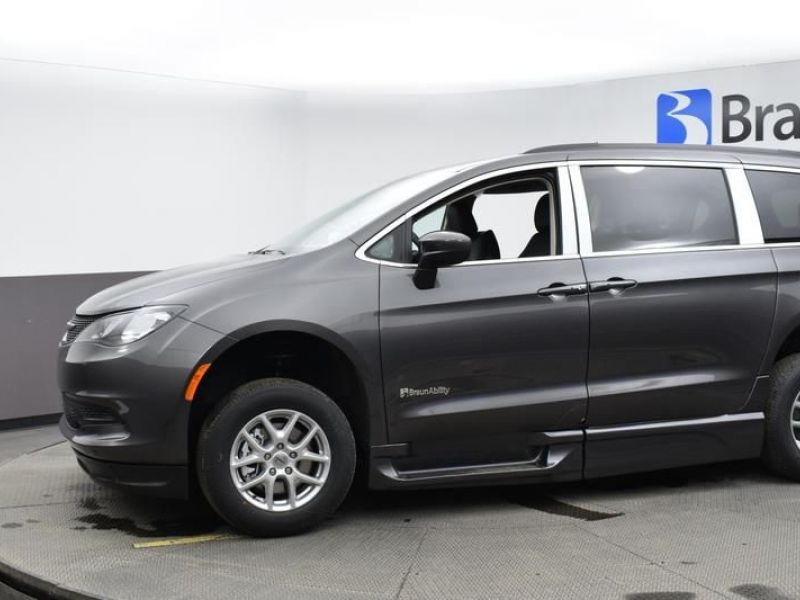 Gray Chrysler Voyager image number 3