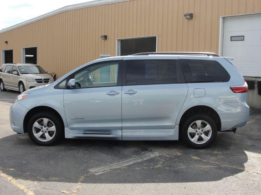Blue Toyota Sienna image number 5