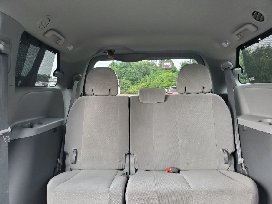 Gray Toyota Sienna image number 17