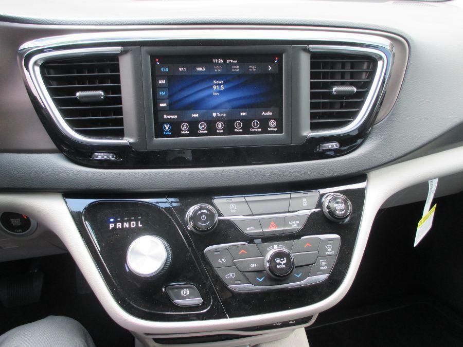 Gray Chrysler Voyager image number 22