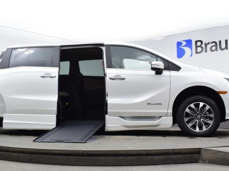 White Honda Odyssey image number 15