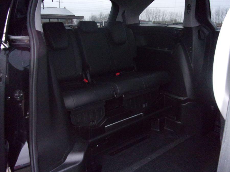Black Honda Odyssey image number 17