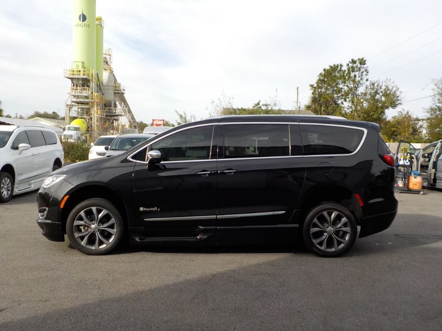 Black Chrysler Pacifica image number 3
