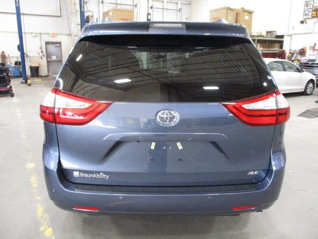Blue Toyota Sienna image number 8
