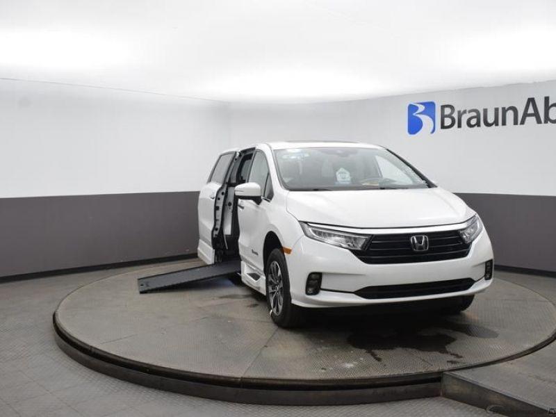 White Honda Odyssey image number 1
