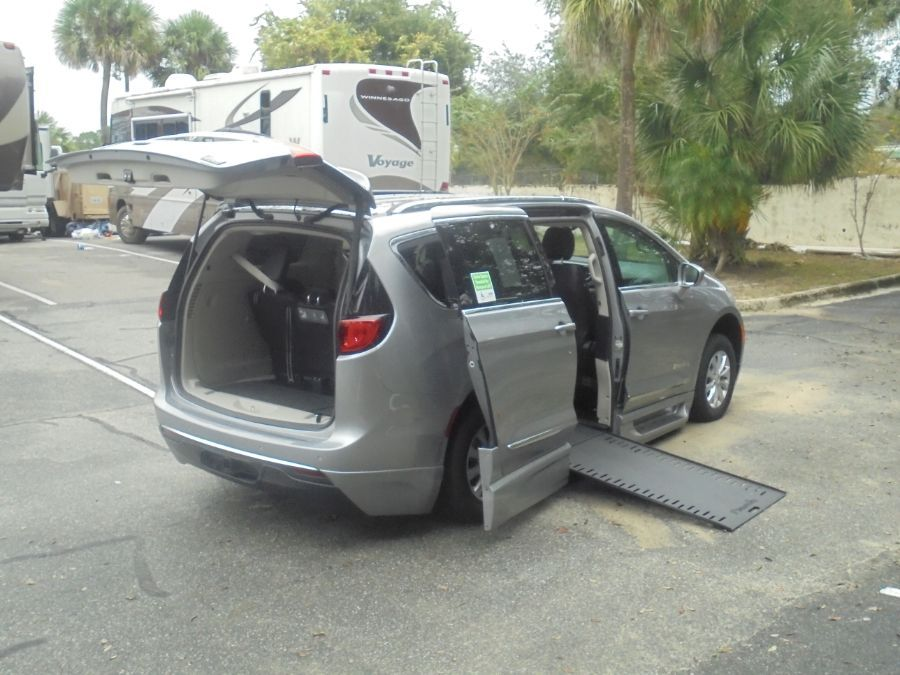 Silver Chrysler Pacifica image number 15