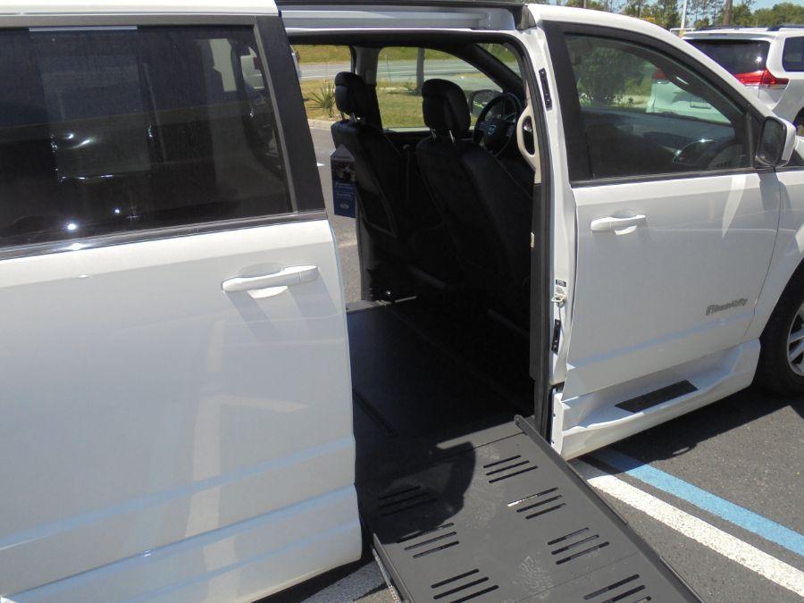 White Dodge Grand Caravan image number 23