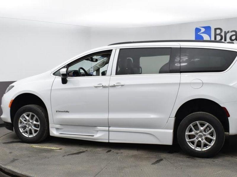 White Chrysler Voyager image number 6