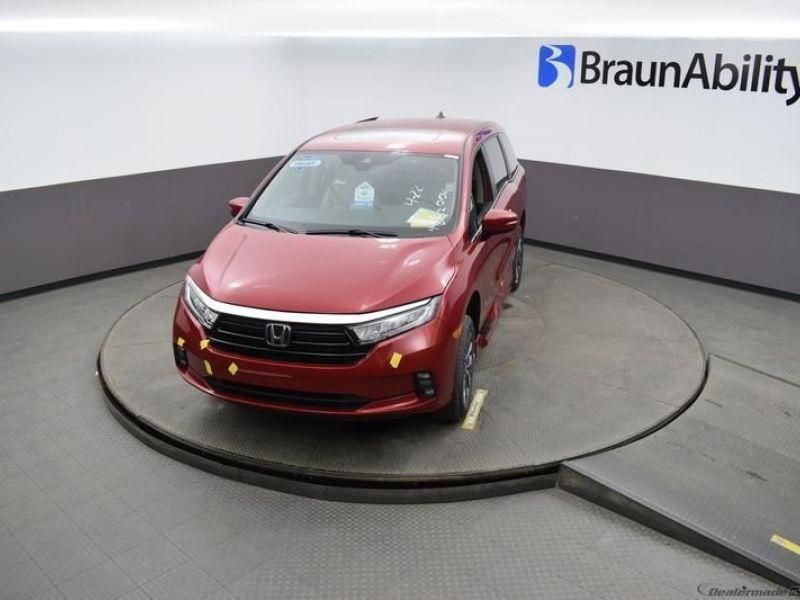 Red Honda Odyssey image number 19