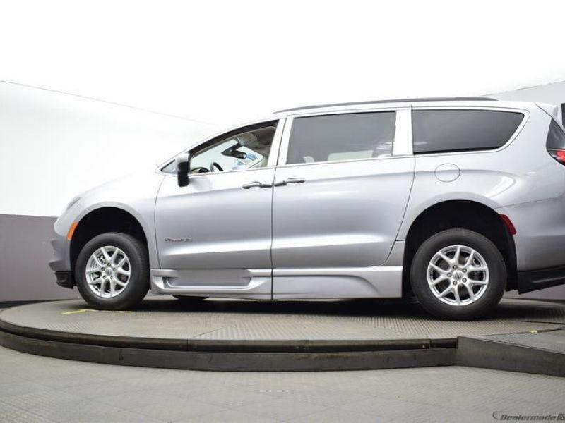 Silver Chrysler Voyager image number 21