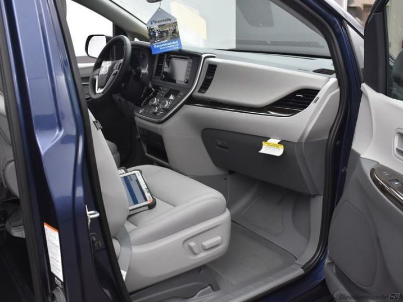 Blue Toyota Sienna image number 9