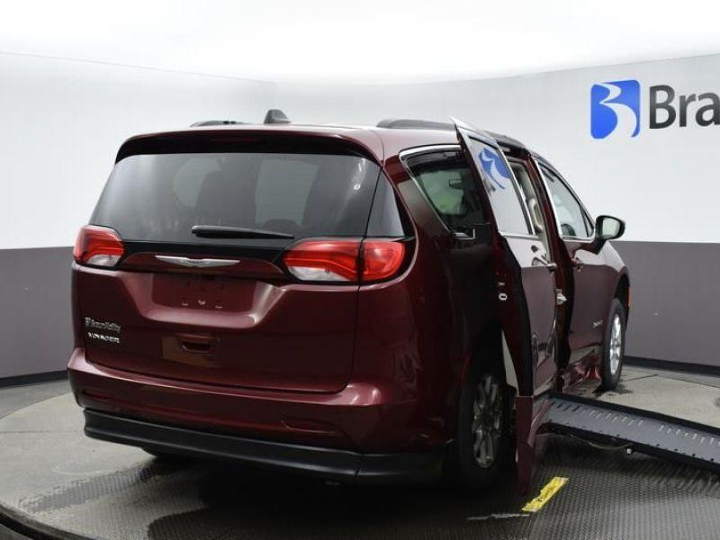 Red Chrysler Voyager image number 6