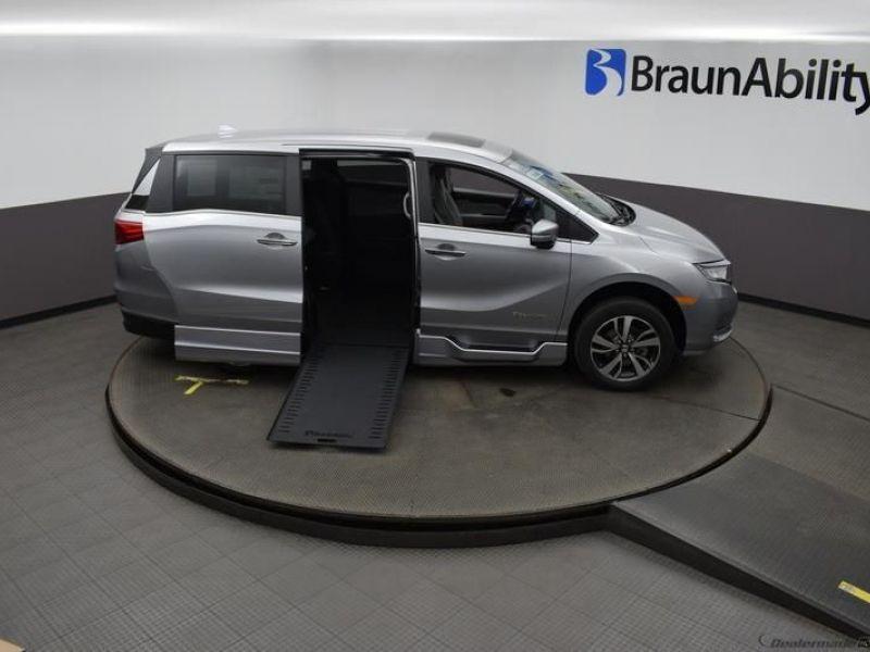 Silver Honda Odyssey image number 19