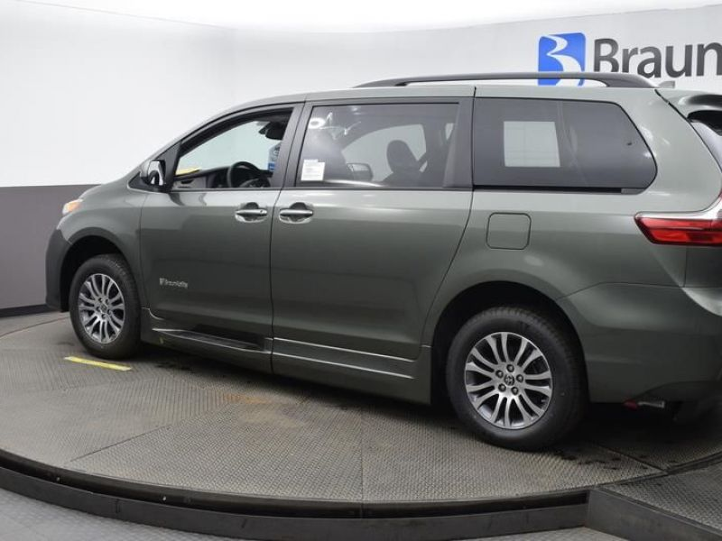 Green Toyota Sienna image number 4
