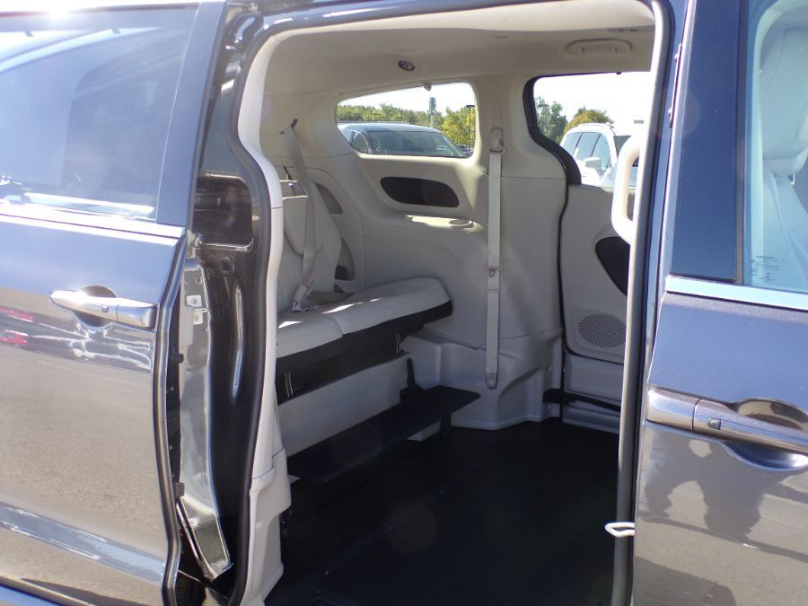 Gray Chrysler Voyager image number 14