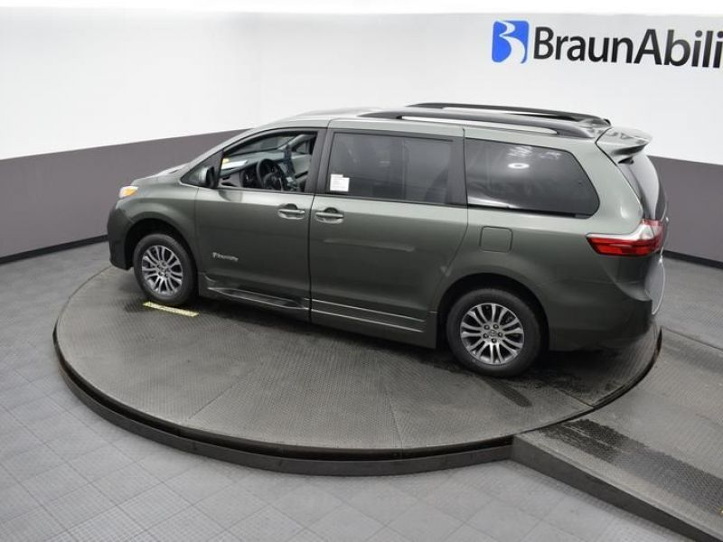 Green Toyota Sienna image number 22