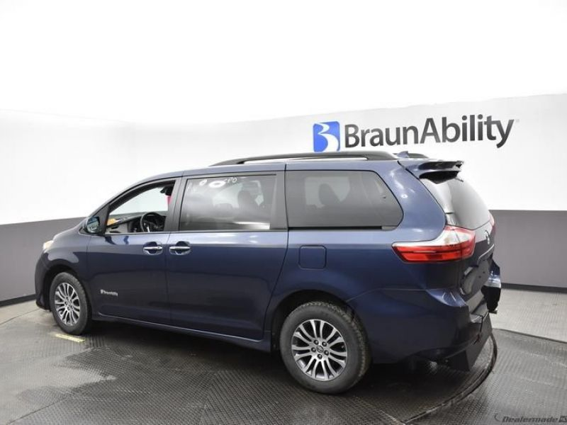 Blue Toyota Sienna image number 6