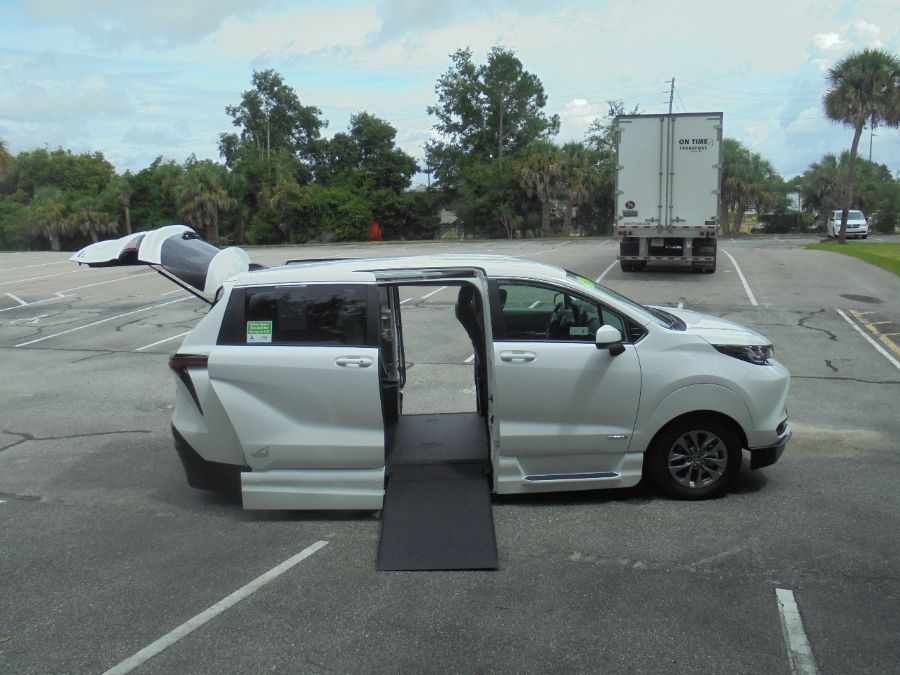 White Toyota Sienna image number 18