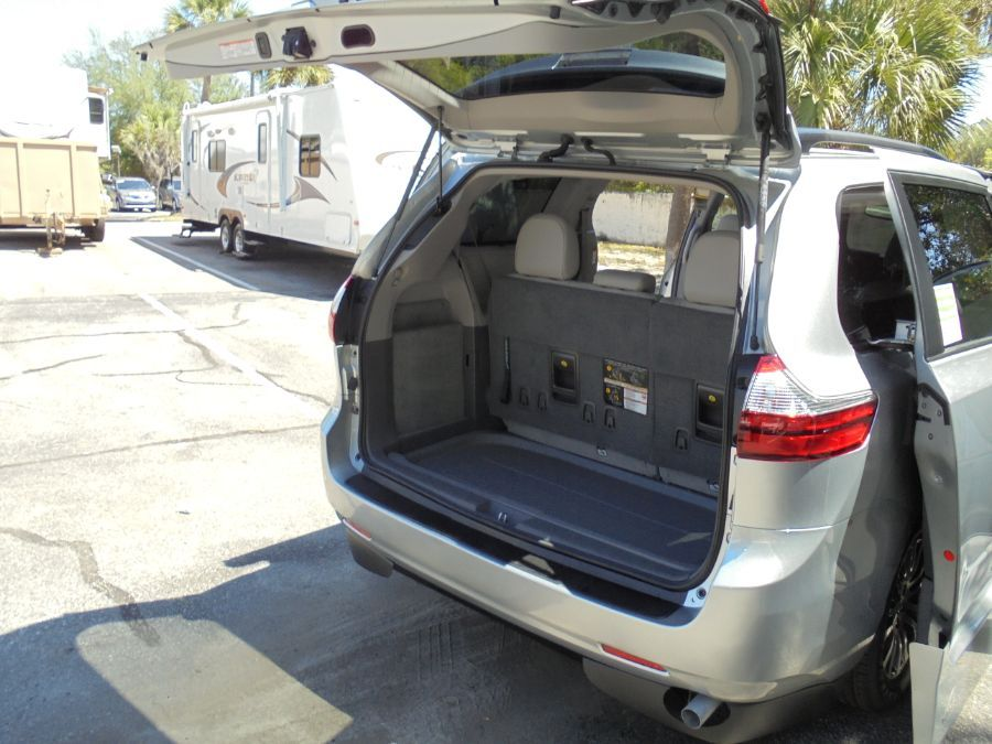 Silver Toyota Sienna image number 23