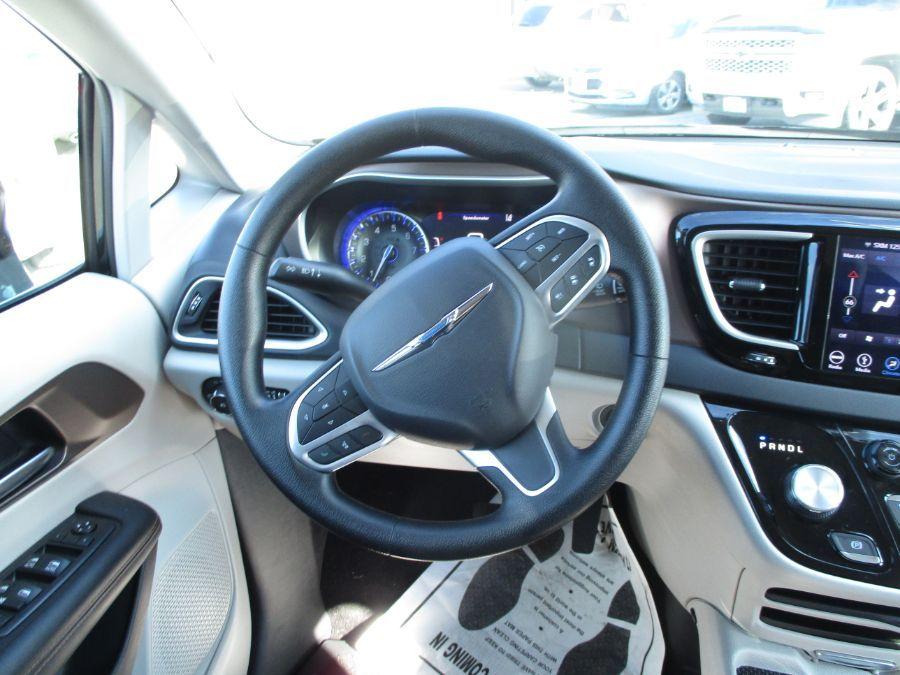 Black Chrysler Pacifica image number 16