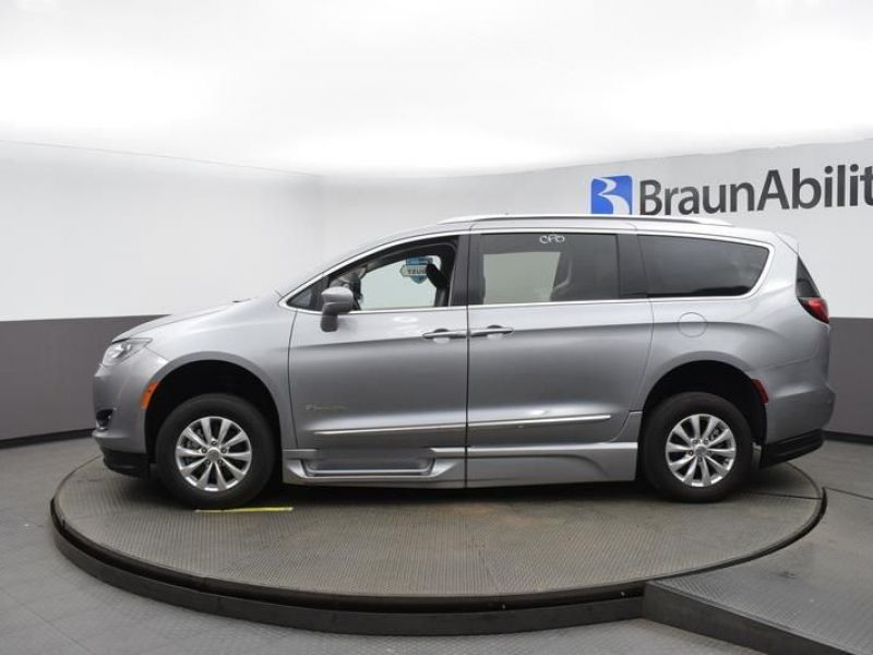 Silver Chrysler Pacifica image number 3
