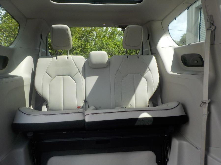White Chrysler Pacifica image number 15