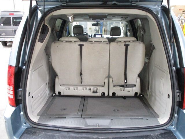 Chrysler Town and Country image number 6