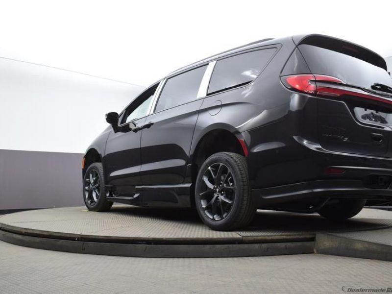 Black Chrysler Pacifica image number 17