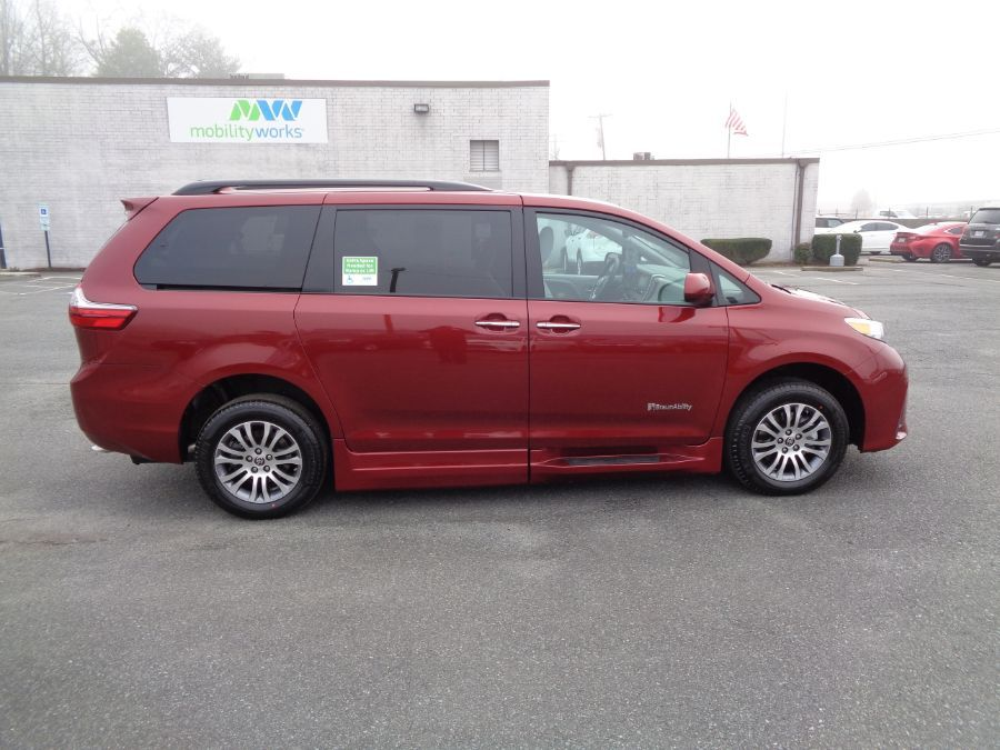 Red Toyota Sienna image number 7
