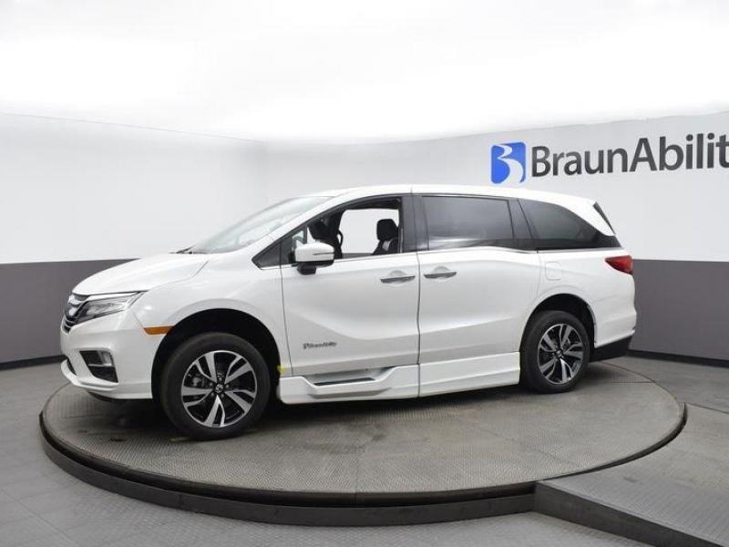 White Honda Odyssey image number 2