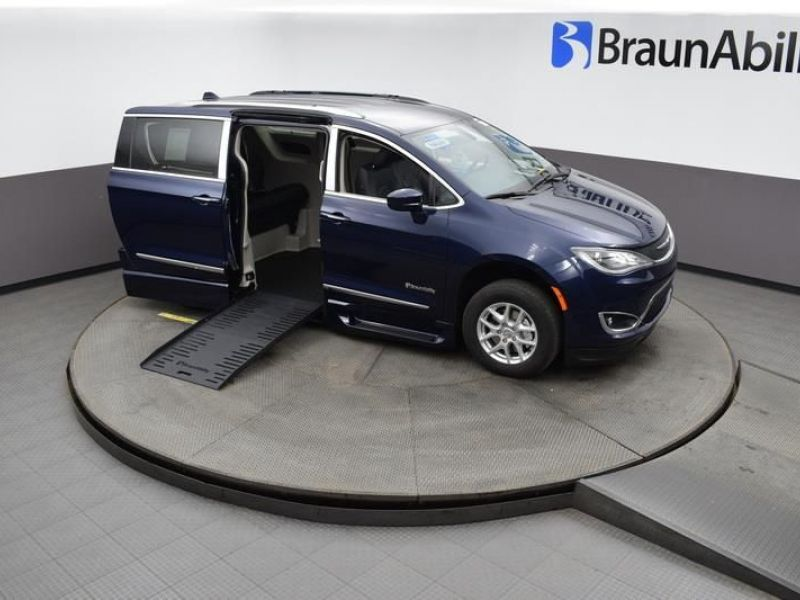 Blue Chrysler Pacifica image number 20