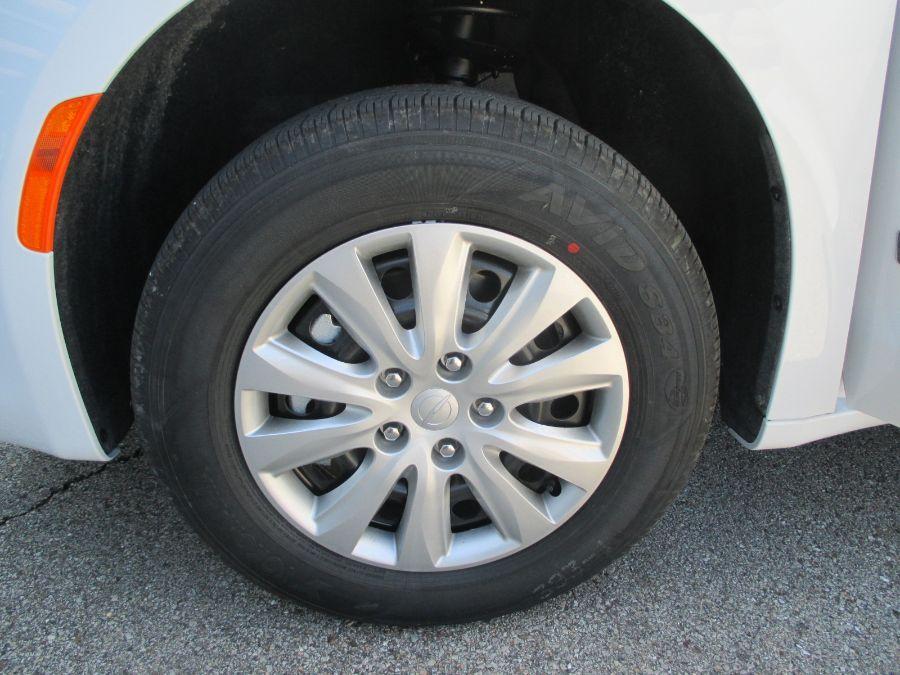 White Chrysler Voyager image number 28