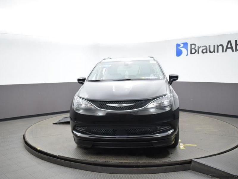 Black Chrysler Voyager image number 2