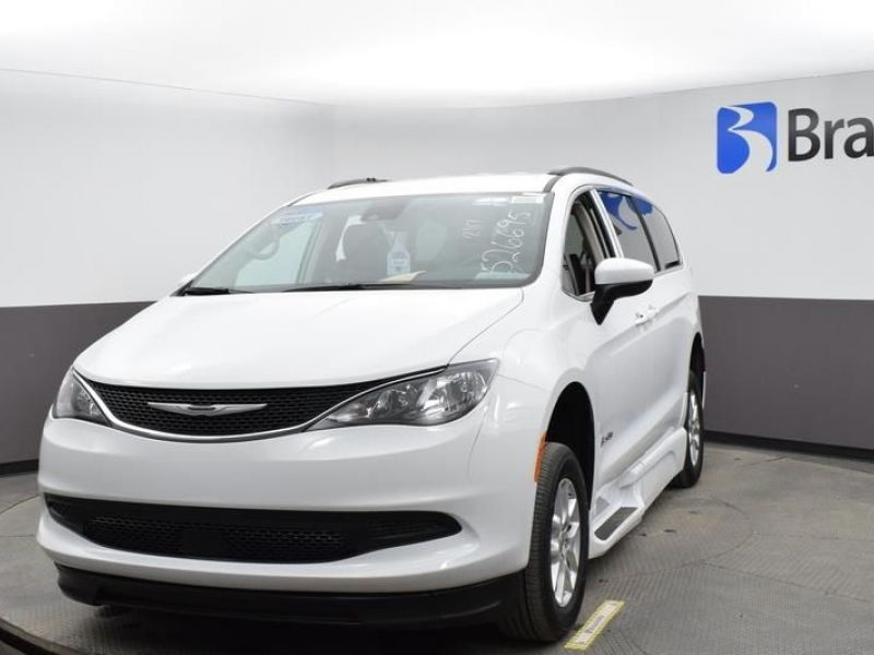 White Chrysler Voyager image number 1