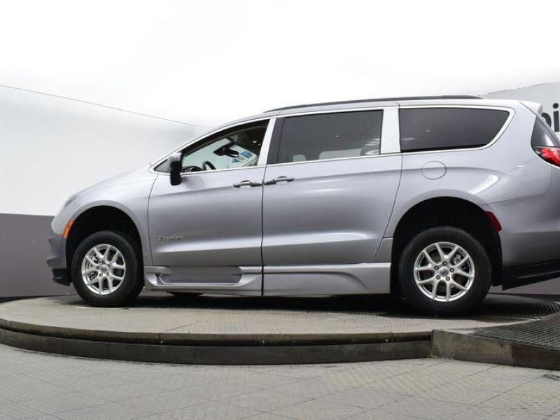 Silver Chrysler Voyager image number 18