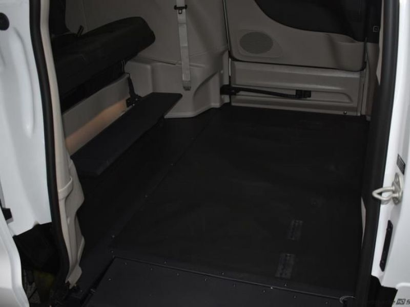 White Chrysler Voyager image number 9