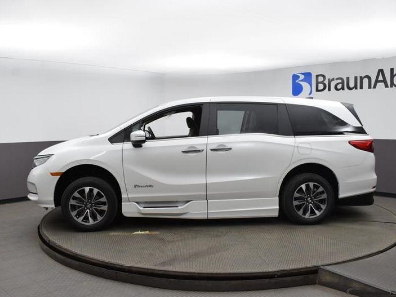 Gray Honda Odyssey image number 3