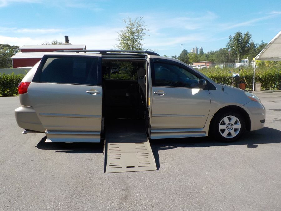 Toyota Sienna image number 6